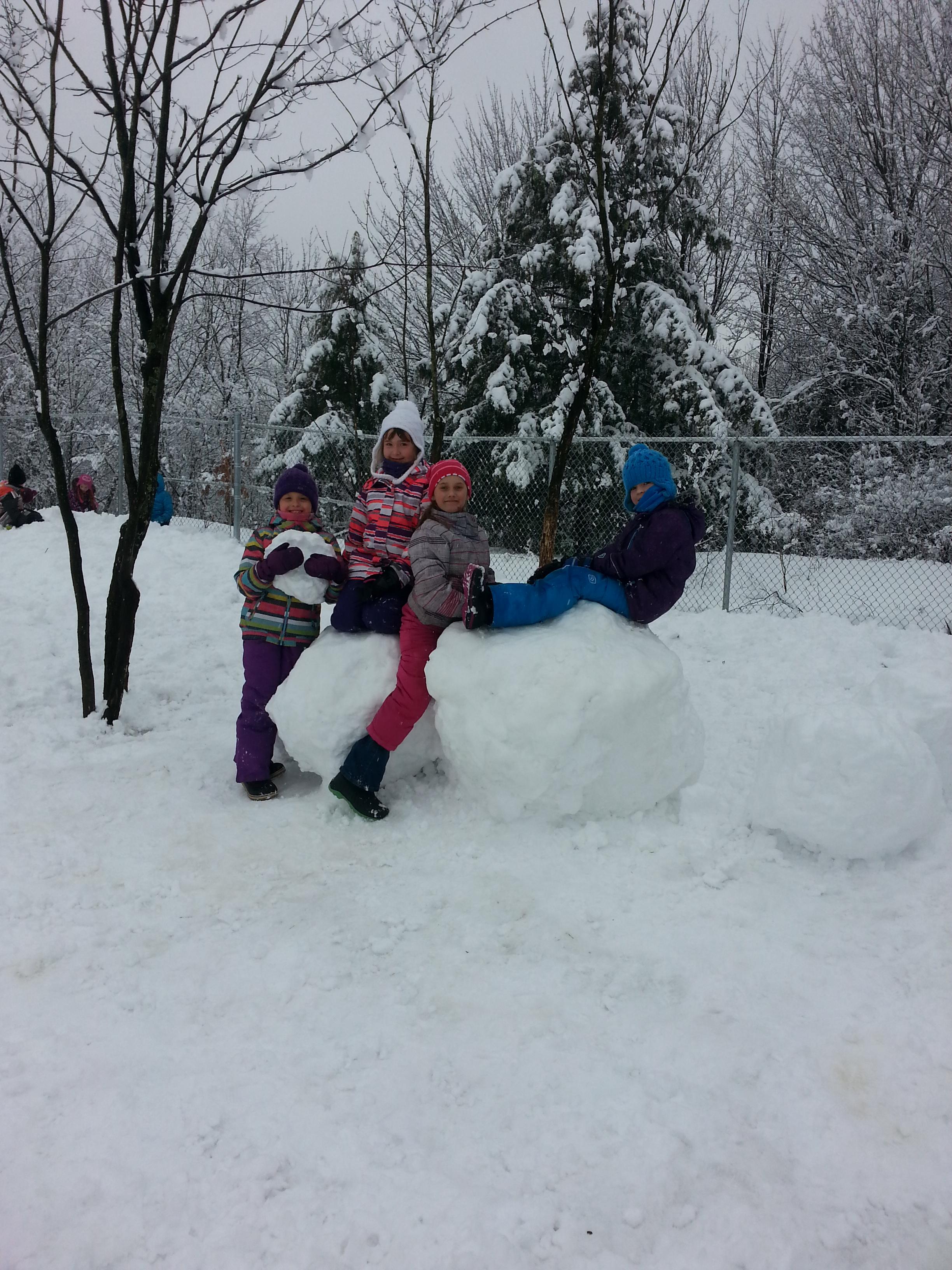 Les élèves des Bâtisseurs jouent dehors